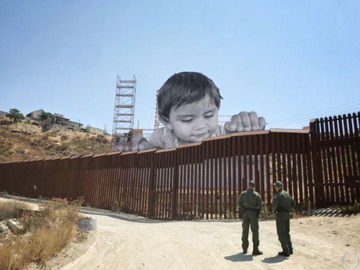 foto 1. JR, Kikito, 2017. Ciudad de Tecate (México). Instalación vista desde la zona estadounidense (Califronia). Fuente www.jr-art.net