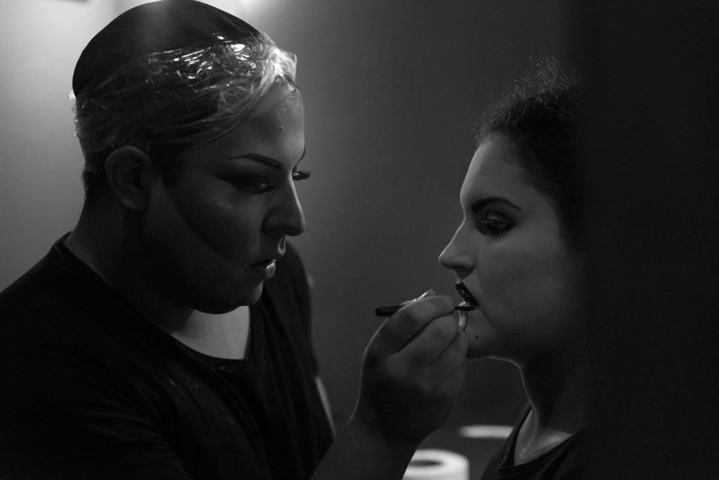 Eva Harrington maquillando a Lirio Mosqueda