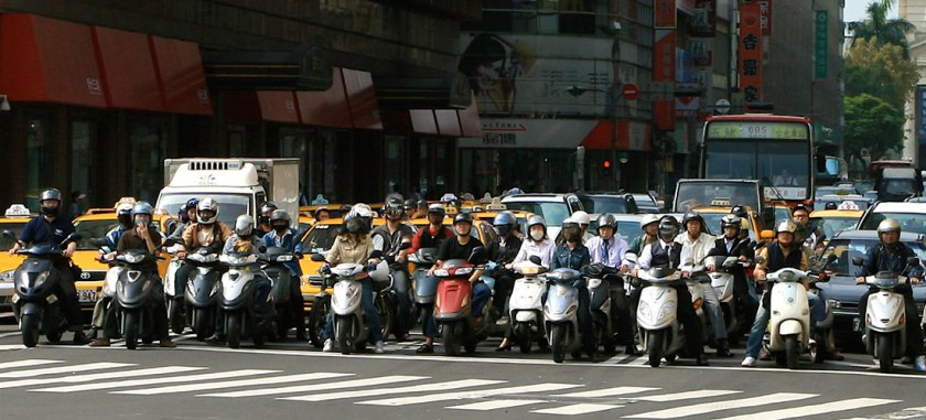 Scooters at a Taipei intersection. Credit: Quatro Valvole/Wikimieda