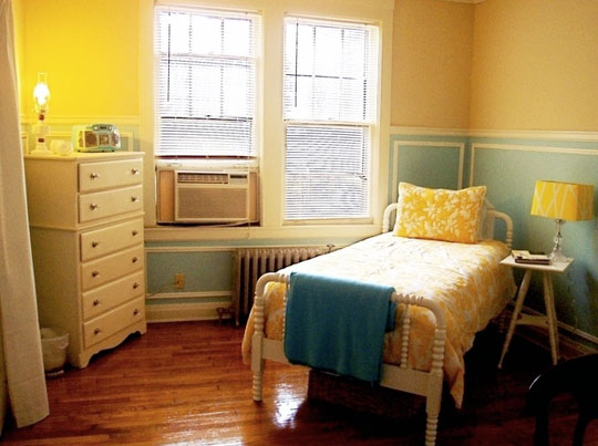 yellow and blue bedroom via maries memphis apartment on apartmenttherapy A Fresh Take on Yellow and Blue Decorating