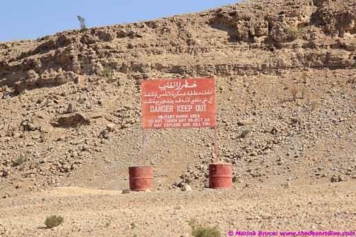 Heading north to Mudayy you need to drive along the side of an artillery range - the sign does not mince words!