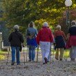 Photo de personnes marchant - qui peut aider avec le type 2 diabète