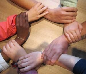 एक सर्कल में हाथ - रक्त शर्करा के स्तर में सुधार करने के लिए एक साथ कार्य करना