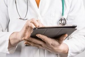 医生抱着平板电脑 - 新医生糖尿病神经病变的指导方针