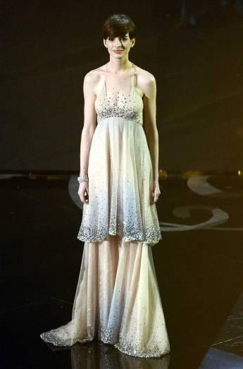 Anne-Hathaway_Giorgio-Armani_2013-Oscar-1