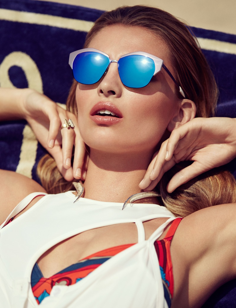 The_Garage_Starlets_Vogue_Mexico_June_2015_Carola_Remer_Beach_Editorial_04