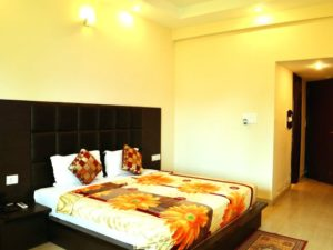 Deluxe-Room-Beds-hotels-in-haridwar