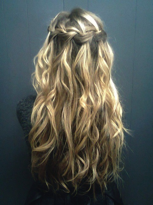 The messy soft waves of the blonde highlights