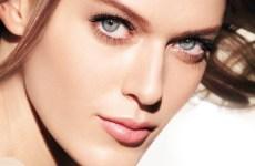 mujer bonita cuidado de la piel maquillaje