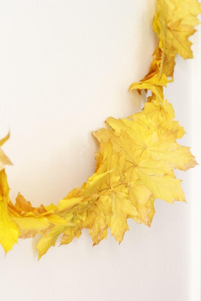 Fall leaf streamer