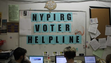 NYPIRG staff members accept calls from voters looking for guidance in the 2016 general elections. (Santiago J. Arnaiz/The Ink)