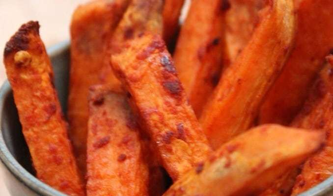The Kitchen Shed - Clean Eating Garlic Sweet Potato Chips #cleaneatingrecipesuk #eatcleanuk