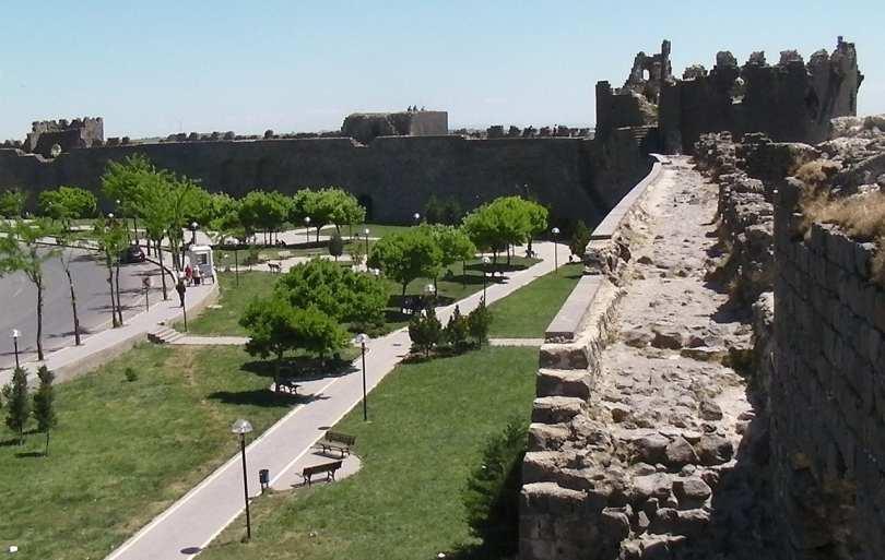 1280px-Diyarbakir_walls