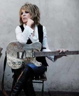 Lucinda Williams, l'une des artistes  du festival. Photo par VancouverFolk Music Festival.