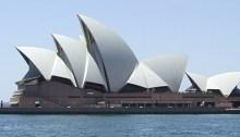 Comparaison : l'Opéra de Sydney et Place du Canada à Vancouver. | Photos par Parée (au haut) et Nunavut (au bas).