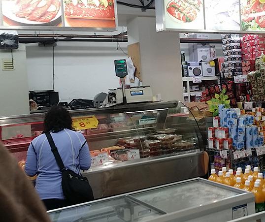 Étal des viandes au Kim's Mart. | Photo par Jenny Tan