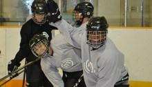 L'équipe de hockey à l'entraînement à l'école des Pionniers-de-Maillardville.
