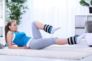 Woman doing alternating crunches