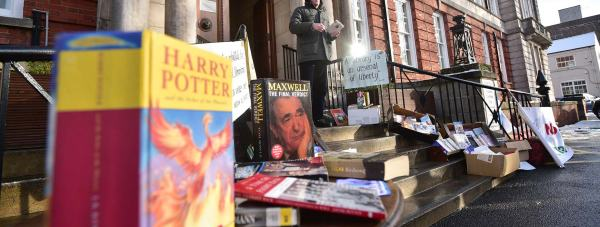 Campaigners' pop-up library outside the council's meeting on February 3. Photo: Steve Smailes for The Lincolnite