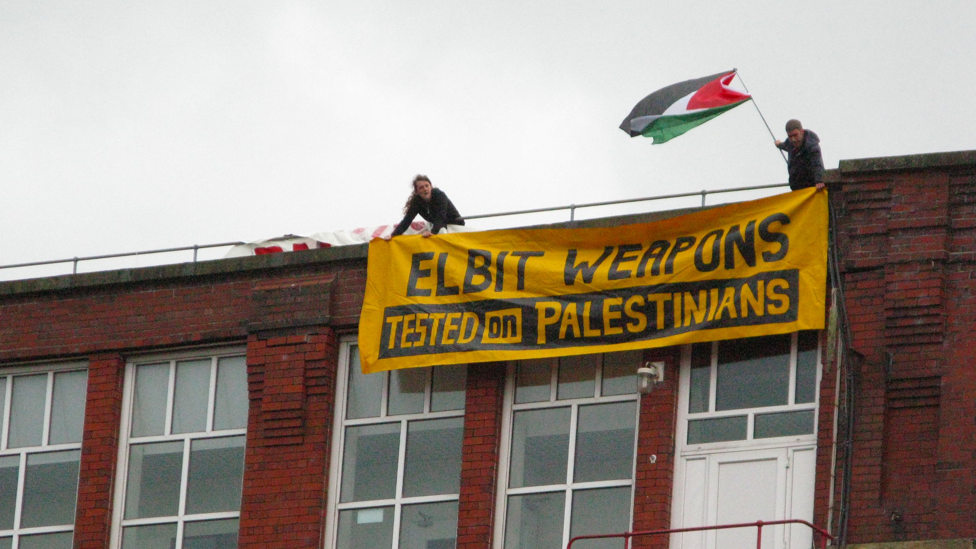 Badspiegel Jolled Activists Occupy Roof Of Israeli Owned Oldham Company Elbit