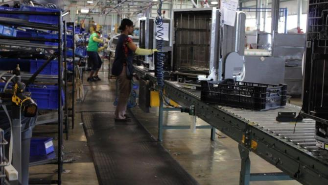 assembly-line-in-dishwasher-appliance-plant