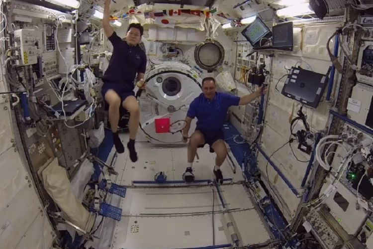 Solar Set Watch: Astronauts Play First-ever Zero-gravity Badminton