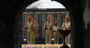subhash-personnel-paying-tribute-constable-thier-colleague_f4f8cd32-9e95-11e6-a472-803c9c62b420