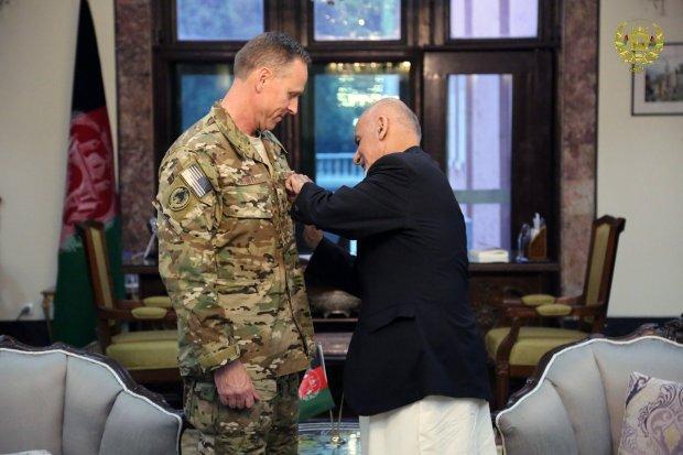 NATO-commander-conferred-medal