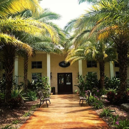 The lush, colonial entrance to Schnebly Redlands Winery & Miami Brewing Co.