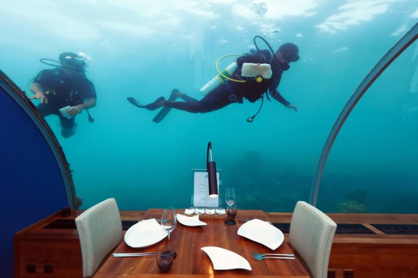 Ithaa Underwater Restaurant - Cleaning