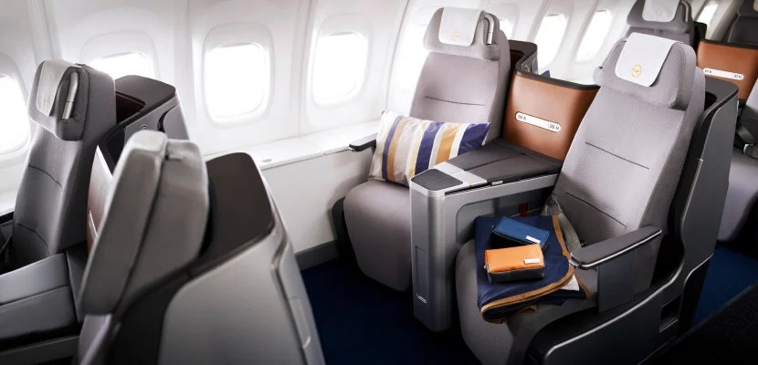 Auf den Sitzen der 747-8 liegen ein Kissen, eine Decke und Lufthansa Kulturtaschen // A pillow, a blanket and Lufthansa amenity kits are lying on the seats of a 747-8