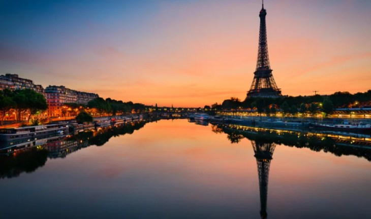 See French landmarks on the Air France tribute flight to the 747.