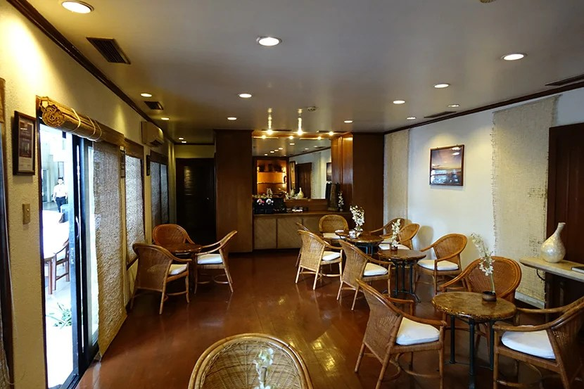 The Amanpulo Lounge, a few moments before it got very noisy and crowded.