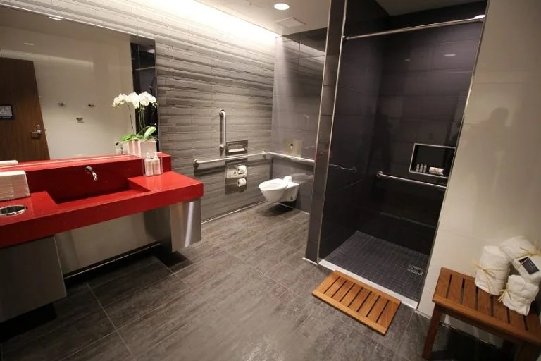img-delta-sky-club-seattle-shower-suite
