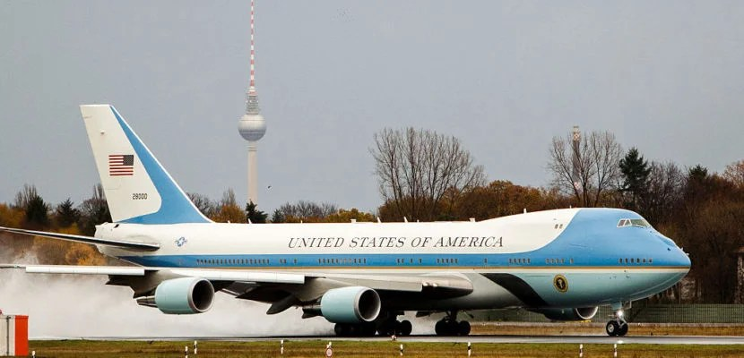 BERLIN, GERMANY - NOVEMBER 18:  Air Force One departs with U.S. President Barack Obama onboard as he departs following talks with European leaders on November 18, 2016 in Berlin, Germany. Obama is on his last trip to Europe as U.S. President. (Photo by Carsten Koall/Getty Images)