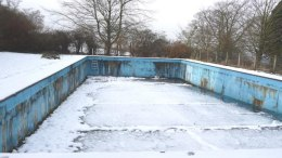 Snow_covers_the_empty_swimming_pool_-_geograph.org.uk_-_1579393 (1)