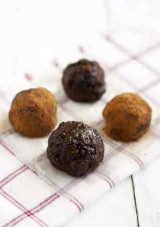 Chocolate cherry energy bites are grain free and delicious! Pepitas and hemp seeds provide protein and healthy fats in these decadent energy bites. #grainfree #vegan #energybite