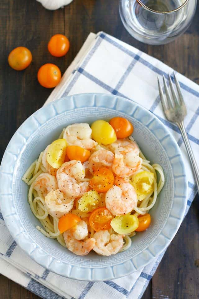 An easy and quick dinner idea: garlic shrimp pasta with tomatoes. A fast meal for busy nights! #thereciperedux #glutenfree