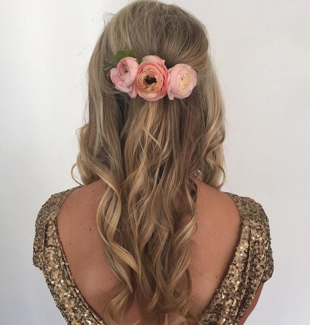 Simple Curly Hairstyle With Hair Flowers coafuri de nuntă 2017. ce puteţi purta, să fiţi în trend Coafuri de nuntă 2017. Ce puteţi purta, ca să fiţi în trend 14 simple curly hairstyle with hair flowers