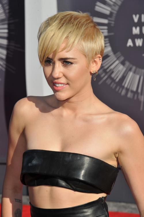Miley Cyrus short blonde hairstyle