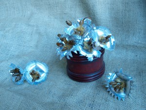 Flores de lata Fondtin Flores con aluminio semillas, perlas y tejidos naturales