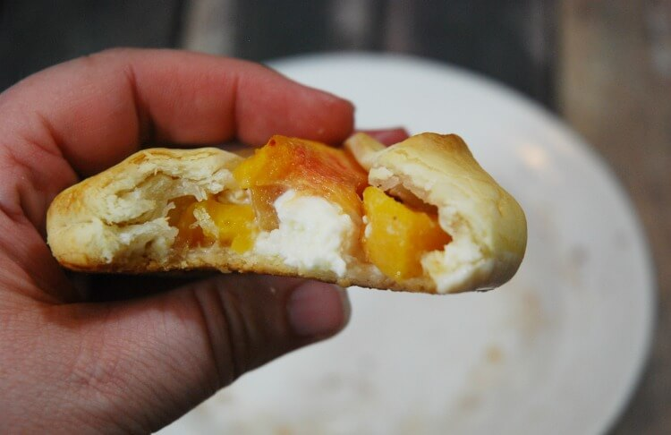Peaches & Cream Mini Rustic Tarts - an easy #dessert your family will love! #food #yum
