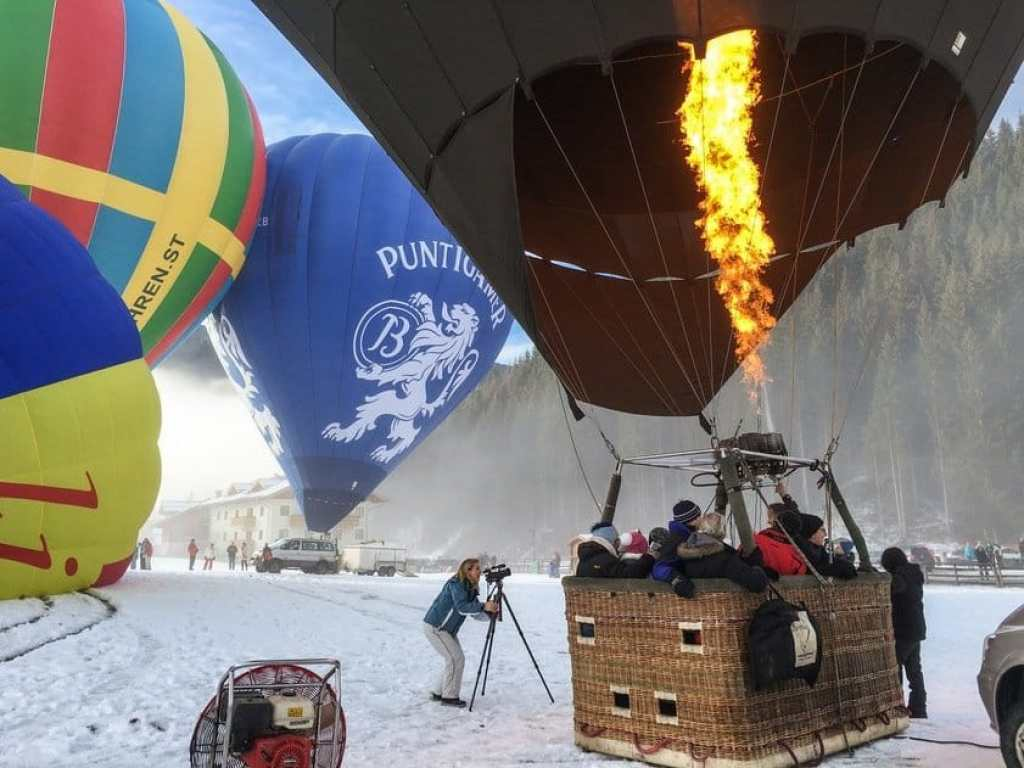 Hot air balloon firing up