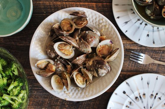 steamed clams : dinner table
