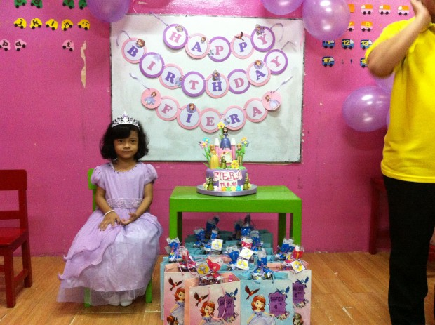 Dekorasi Ultah Anak Di Rumah Princess Fiera's Birthday Party - The Urban Mama