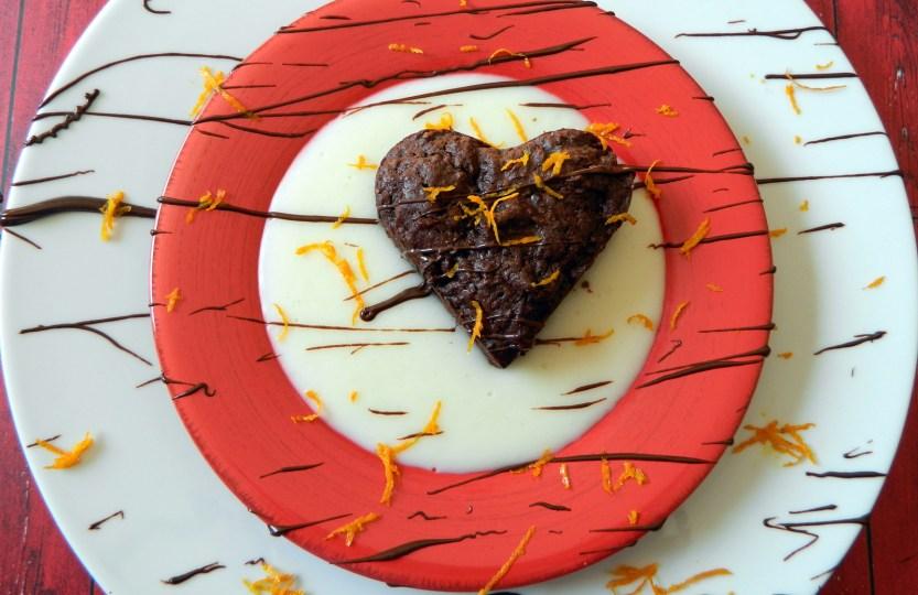 Vegan σοκολατένια καρδιά μπράουνις με πορτοκαλένια κρέμα