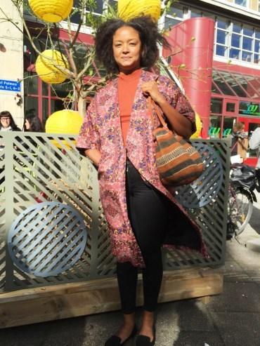 Madelaine Forsbergs outfit, utanför Folkteatern innan föreställningen Slå pattarna i taket. Vad har du på dig? -Kimonon är från Monki, tröjan från H&M trend och väskan från Afro Art. Foto: Klädoteket