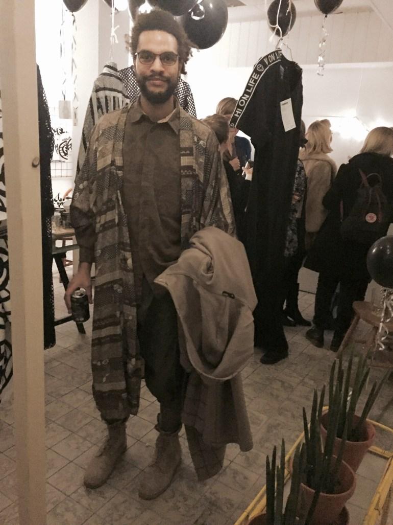 David Njie hittade till vår designrelease för HI ON LIFE. David bär en Kimono och skjorta från Emmaus, shorts från V Ave Shoe Repair, stickade leggings från Emmaus, USA army desert boots och rock från Vuokko köpt på Emmaus. Snyggt tycker vi!