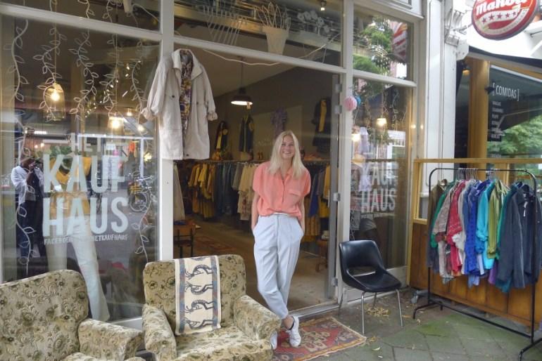 Anne jobbar i vintagebutiken Het Kaufhaus i Amsterdam. Hon bär en stilren outfit från butiken.