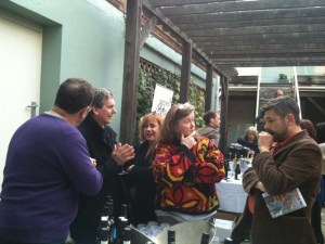 talking wine in the HdV courtyard